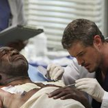 El Dr Mark Sloan trata a un paciente en 'Anatomía de Grey'