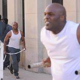 Shea Daniels se dirige hacia un preso en 'Breakout Kings'