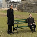 Finch habla con Reese desde un banco en 'Person of Interest'