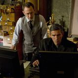 Finch y Reese trabajan frente a un ordenador en 'Person of Interest'