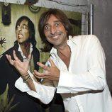 Antonio Carmona sonríe junto a su yo zombie promocionando 'The Walking Dead'