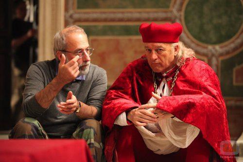 Udo Kier sentado junto al productor de la serie Tom Fontana
