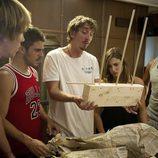 En 'El Barco' el actor Iván Massagué sujeta un extraño artilugio