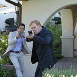 Horatio Caine y Ryan Wolfe pistola en mano