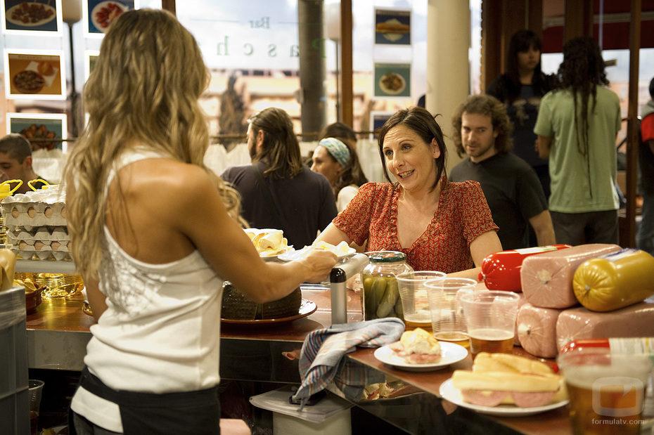 Lola (Malena Alterio) en el bar de 'buenAgente'