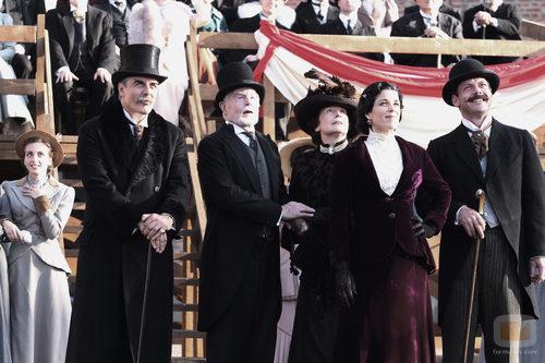 Chris Noth, Derek Jacobi y Neve Campbell en 'Titanic: Sangre y acero'