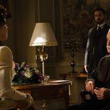 El inspector habla con Doña Teresa en 'Gran Hotel'