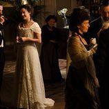 Sofía Alarcón y su esposo durante una fiesta en 'Gran Hotel'