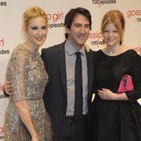 Kelly Rutherford junto a los productores ejecutivos Josh Schwartz y Stephanie Savage