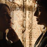 Doña Teresa habla con la nueva sirvienta de 'Gran Hotel'