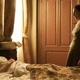 Inés se recupera en la cama bajo los cuidados de la tata de 'Tierra de lobos'
