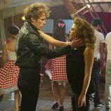Palomares y Vilma a punto de besarse durante la actuación en 'El Barco'