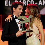 Paco León entrega un Ondas 2011 a Blanca Suárez