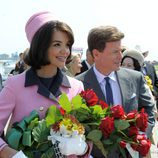 Jacquie Kennedy (Katie Holmes) recoge un ramo de flores en 'Los Kennedy'