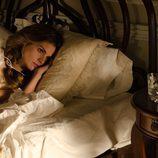 Alicia tumbada en su cama en 'Gran Hotel'