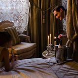 Andrés aparece detrás de una cortina en 'Gran Hotel'