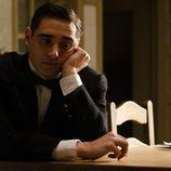 El actor LLorenc González en un momento de 'Gran Hotel'