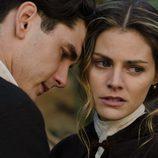 Julio abraza a Alicia en 'Gran Hotel'