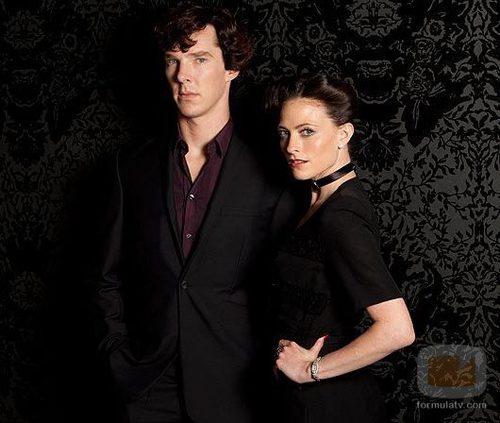 Benedict Cumberbatch y Lara Pulver, en la segunda temporada de 'Sherlock'