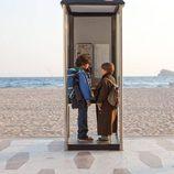 Marco y Lucas en la cabina de teléfono en 'Marco'