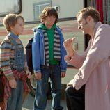 Marco y Lucas escuchan a un desconocido en 'Marco'