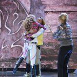 Sofía Cristo abraza a Nagore Robles, ganadora de 'Acorralados'