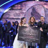 Nagore Robles posa con su cheque de ganadora de 'Acorralados'