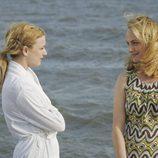 Emily VanCamp y Amber Valletta en 'Revenge'