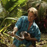 Bruce Greenwood con una serpiente en 'The River'