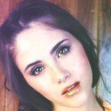 Lucia Ramos con labios dorados en Overlay Magazine