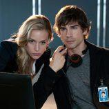 Piper Perabo y Christopher Gorham en 'Covert Affairs'