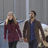 Piper Perabo junto a Eion Bailey en 'Covert Affairs'