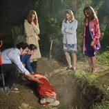 Los protagonistas de 'Mujeres desesperadas' enterrando un cadáver