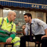 Antonio Resines y Miguel Ángel Silvestre hablan durante su cameo en 'Aída'