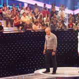 Raquel Sánchez Silva junto a uno de los concursantes de 'El cubo'