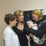 Charlie Hunnam y Katey Sagal con un bebé en 'Hijos de la Anarquía'