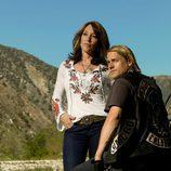 Charlie Hunnam y Katey Sagal