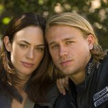Charlie Hunnam y Maggie Siff