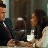 Harvey Specter (Gabriel Macht) con Jessica Pearson (Gina Torres)