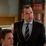 Louis Litt junto a Mike Ross