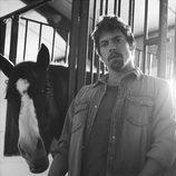 Adrián Lastra posa con un caballo