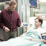 Gregory House examina a un paciente