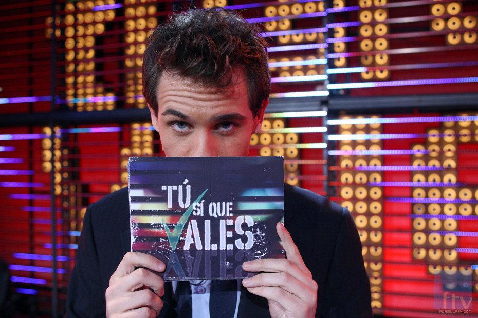 Christian Gálvez en pose misteriosa, posa con la tarjeta de 'Tú sí que vales'