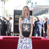 Jennifer Aniston posa con su estrella en el paseo de la fama