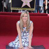 Jennifer Aniston pone las manos en su estrella del paseo de la fama