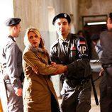 Claire Danes con un guardia de Irak