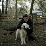 Leonardo Sbaraglia con un perro en 'Luna, el misterio de Calenda'