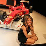 Nira Juanco sonríe frente a un Ferrari
