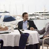 Isabel Pantoja y Julián Muñoz hablando con un empresario en 'Mi gitana'