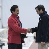 Julián Muñoz estrechando la mano en una escena del segundo capítulo